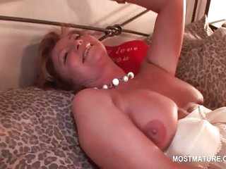 Mature hottie in lingerie vibing her fuck hole